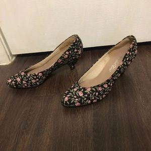 Lovely floral small heeled shoes size 5 1/2